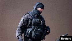 Polici special i Australisë afër kafenesë ku mbahen të rrëmbyerit