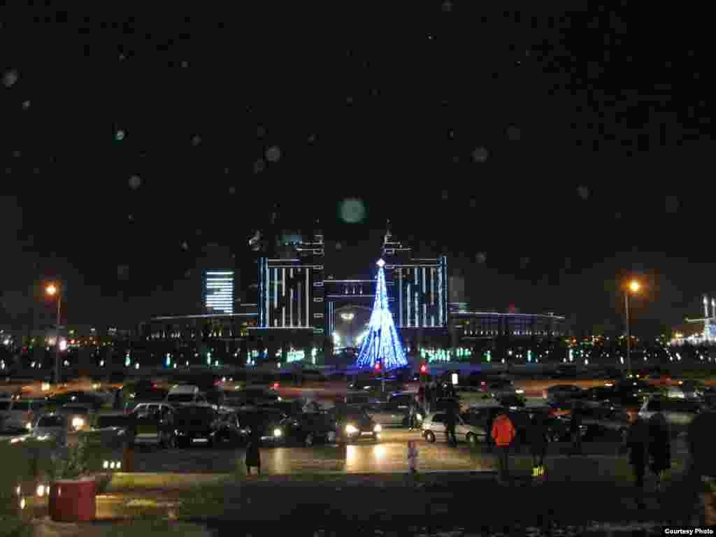 Мереке қарсаңындағы түнгі Астана. 27 желтоқсан 2012 жыл. Суретті түсірген Өркен Жоямерген.