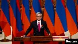 Президент Армении Серж Саргсян принимает присягу в ходе церемонии инаугурации. Ереван, 9 апреля 2013 года.