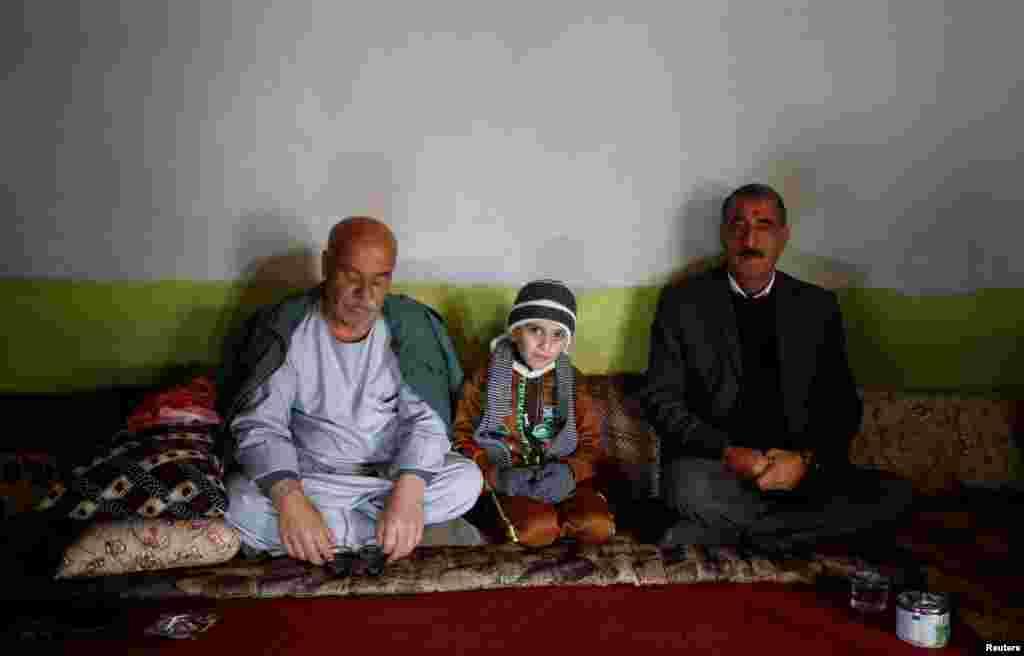 Настоящих родителей Аймана до сих пор не нашли, но мальчика вернули его бабушке и дяде. Родственники не хотят, чтобы Айман когда-либо виделся с Абу Ахмедом и Умм, у которых он прожил полтора года. Несколько раз пара звонила семье, чтобы поговорить с мальчиком, но дядя отказал – он в обиде на Абу Ахмеда и Умм за то, что они не пытались разыскать семью Аймана. На фото – Айман со своим дядей Самиром Рашо Халафом (слева)