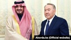 Қазақстан президенті Нұрсұлтан Назарбаев Сауд Арабиясының ішкі істер министрі Әбдел Әзизбен Сауд бен Наифпен кездесіп тұр. Астана, 1 қараша 2018 жыл.