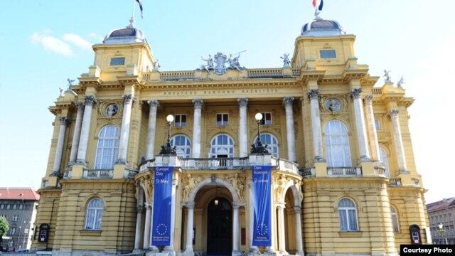 Zastave EU na zgradi Hrvatskog narodnog kazališta u Zagrebu, lipanj 2013.