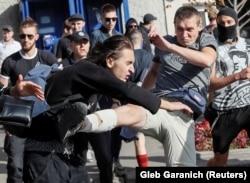 Молодики спортивної статури б'ють учасників прайду. Харків, 15 вересня 2019 року
