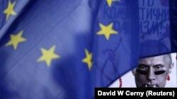 Плакат із зображенням президента Росії Володимира Путіна поруч із прапором ЄС під час протестів проти російської анексії Криму, архівне фото