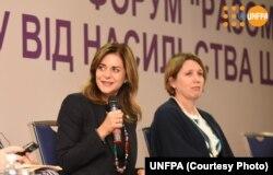 Аланна Армітраж (ліворуч)