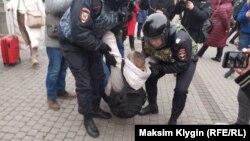 ОМОН задерживает активистку Марину Кен в Петербурге