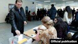Ереван мэрі Тарон Маркарян референдумда дауыс беріп тұр. Армения, 6 желтоқсан 2015 жыл.