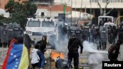 Столкновения протестующих венесуэльцев с полицией (архив).