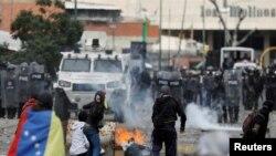 Столкновения протестующих венесуэльцев с полицией (архив)