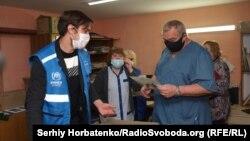 Игорь Корчак (справа) принимает гуманитарную помощь
