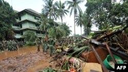 Vojska pomaže u saniranju terena pogođenog poplavama, Indonezija, fotoarhiv