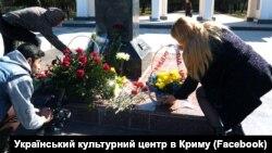 К памятнику Шевченко в Симферополе возложили цветы, 9 марта 2017 года