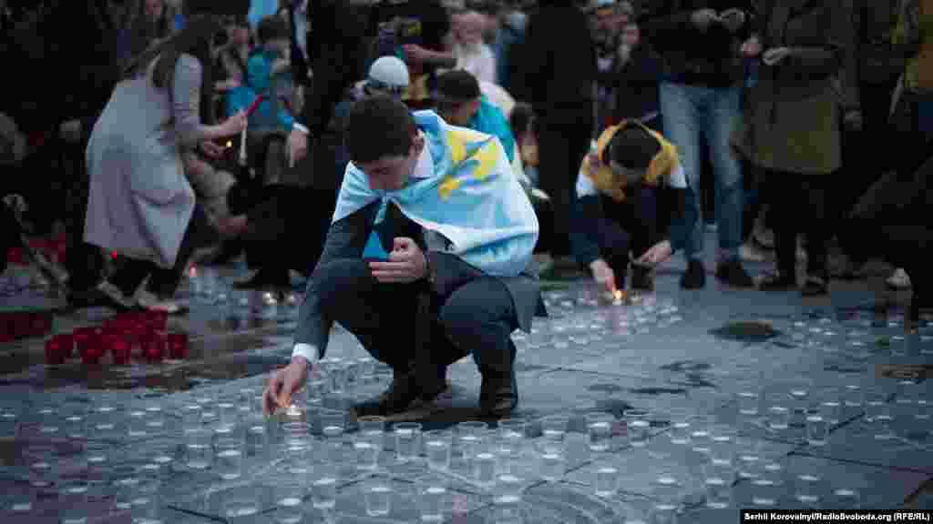 Наприкінці мітингу люди запалили свічки в пам'ять жертв репресованих Кремлем кримських татар – тоді, 70 років тому, і зараз, у 2014 році