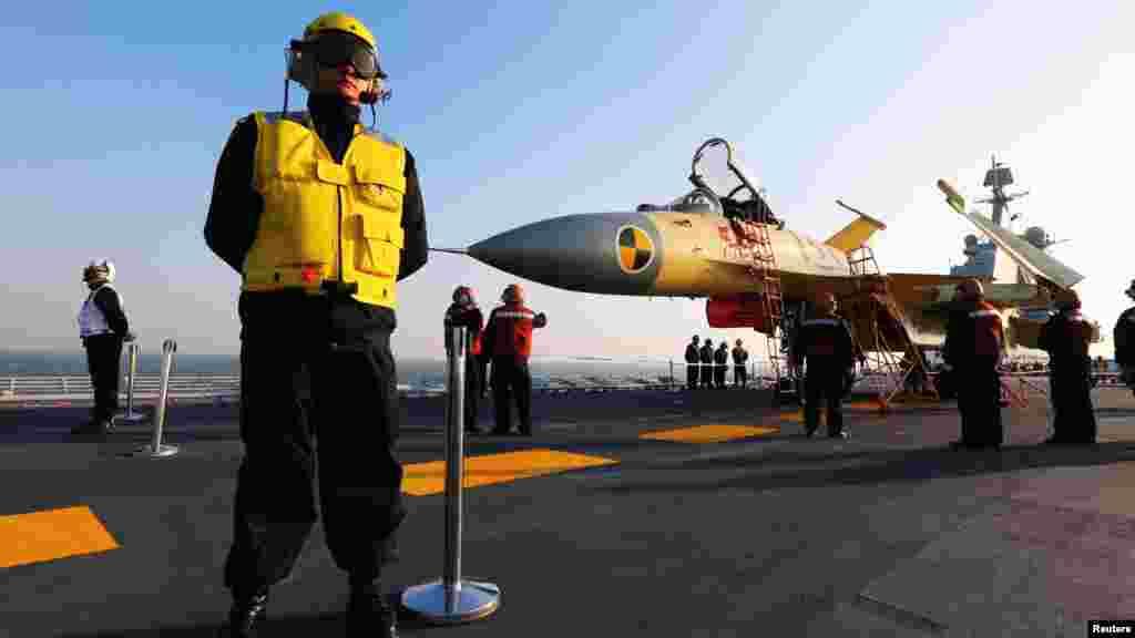 """Первый китайский авианосец 2 января успешно завершил испытания в Южно-Китайском море. Как сообщает агентство Синьхуа, авианосец «Ляонин» в среду вернулся в порт базирования Циндао после 37 дней испытаний, во время которых были проведены все запланированные тренировочные задания. Месяцем ранее китайское судно едва не столкнулось с американским боевым кораблём, двигавшимся неподалёку от «Ляонина». Тогда китайские СМИ обвинили американское судно в том, что оно слишком близко подошло к авианосцу, в то время как в Пентагоне действия Китая назвали """"безответственными""""."""