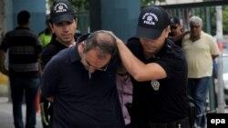 Түрік полициясы түрік армиясы өкілін тұтқындап әкетіп барады. Мерсин, 19 шілде 2016 жыл.
