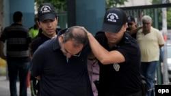 Hapšenje pripadnika turske vojske u Mersinu 19. jula 2016.