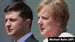 Almaniya kansleri Angela Merkel (sağda) və Ukrayna prezidenti Volodymyr Zelenskiy