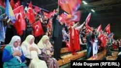 Эрдоган менен жолугушууга келген түрктөр. 20-май