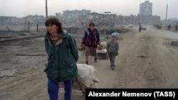 Мирные жители в Грозном, апрель 1995 года