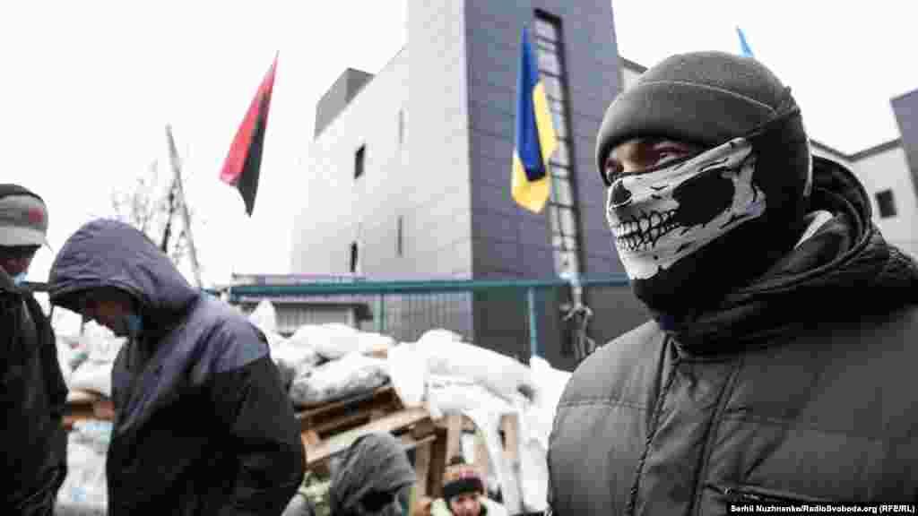 Група невідомих які блокують телеканал NewsOne, який належить народному депутату Євгену Мураєву. Київ, 4 грудня 2017 року ПЕРЕГЛЯНЬТЕ ВІДЕО