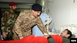 د پاکستان سرلښکر جنرال راحیل شریف د یو زخمي تپوس کوي