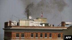 Rusiyanın San Fransiskodakı konsulluq binasının bacasından qara tüstü çıxır