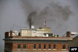 Дым над российским консульством в Сан-Франциско, где, как полагают наблюдатели,1 сентября российские дипломаты сжигали документы перед запланированными на следующей неделе обысками в здании