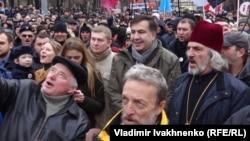 Михаил Саакашвили среди своих сторонников на марше в Киеве.