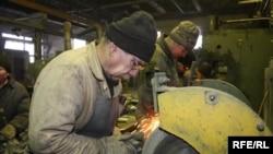 Ауылшаруашылығы техникасы зауытының жұмысшылары еңбек кезінде. Петропавл, маусым, 2009 ж.