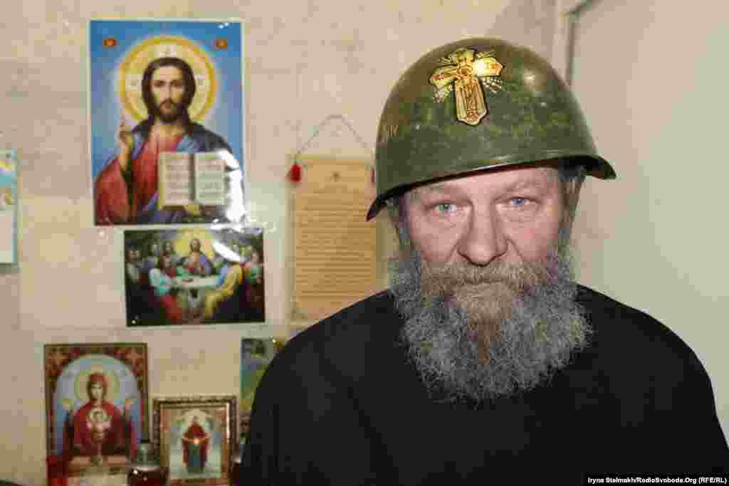 Отець Валерій з Полтави у своєму шоломі в Українському домі