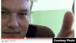 Павал Бандзіч, кадр з роліку «Схавай бабульчын пашпарт».