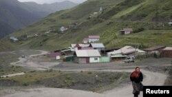 Местная жительница идет по дороге в селе Ахту на юге Дагестана. Иллюстративное фото.