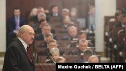 Alyaksandr Lukashenka parlamentdə çıxış edir, arxiv fotosu