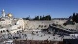 Zid plača (u sredini), Kupola na stijeni (lijevo) i džamija Al Aksa (desno), Jerusalem