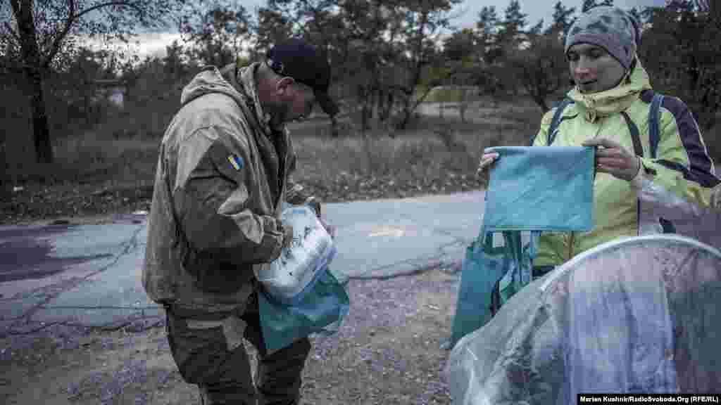 Северодонецк. Кроме помощи силовикам, волонтеры пытаются распределить гуманитарную медицинскую помощь и среди местного населения, которое нуждается в медикаментах. Волонтеры остановились у женщины, которую встретили на своем пути. У нее ребенок с ДЦП.