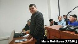 Блогер Айболат Бөкенов сотта жауап беріп тұр. Орал, 5 желтоқсан 2019 жыл