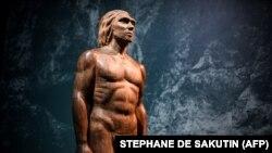 تندیس ساختهشده برای نمایشی از نئاندرتالها در موزه انسان در فرانسه