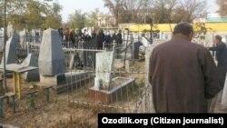 Учителя школ в городе Андижане убираются на христианском кладбище, где похоронен дед губернатора Санкт-Петербурга Георгия Полтавченко.