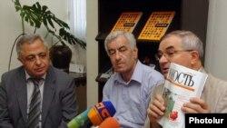 Հայաստանի հետ բարեկամության եւ համագործակցության ընկերության նախագահ Վիկտոր Կրիվոպուսկովը (աջից) մամուլի ասուլիսում: 9-ը սեպտեմբերի, 2009թ.