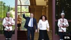 Президентът Румен Радев и вицепрезидентът Илияна Йотова излизат от президентството, за да подкрепят протестиращите, събрали се в първия ден на протести на 9 юли 2020 г. Часове по-рано прокуратурата и полицията са влезли в президентството, за да извършат претърсване. Това е вторият мотив за началото на протестите след случая с Христо Иванов в Росенец.