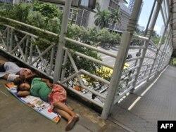 Нищие перед зданием Центрального банка Индонезии в Джакарте