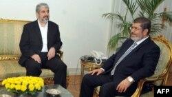 دیدار خالد مشعب رهبر حماس با محمد مرسی رئیس جمهور برکنار شده مصر در سال ۲۰۱۲