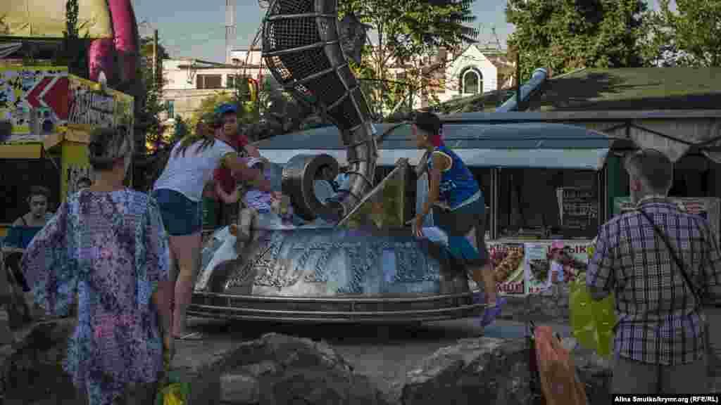 Дети играют возле «Алуштинского морского конька» на набережной