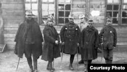 Prizonieri români invalizi (Foto: Saecularia.ro, http://saecularia.ro/2018/10/23/cum-erau-hraniti-prizonierii-romani-in-primul-razboi-mondial/)