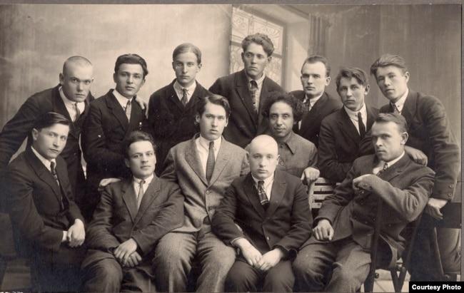 Літаратурнае аб'яднаньне «Ўзвышша». Тодар Кляшторны — чацьвёрты справа ў верхнім радзе. Менск, 1928 год