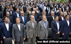 علی انصاری (نفر دوم از چپ) مالک ایرانمال و دارای روابطی نزدیک با برخی مقامهای جمهوری اسلامی است.