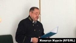Судья Ахметкали Молдагалиев зачитывает приговор главарю преступной группировки «Четыре брата». Актобе, 2 августа 2018 года.