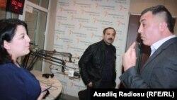 (soldan sağa) Proqramın aparıcısı Şahnaz Bəylərqızı, yazıçı Etimad Başkeçid və tənqidçi Əsəd Cahangir