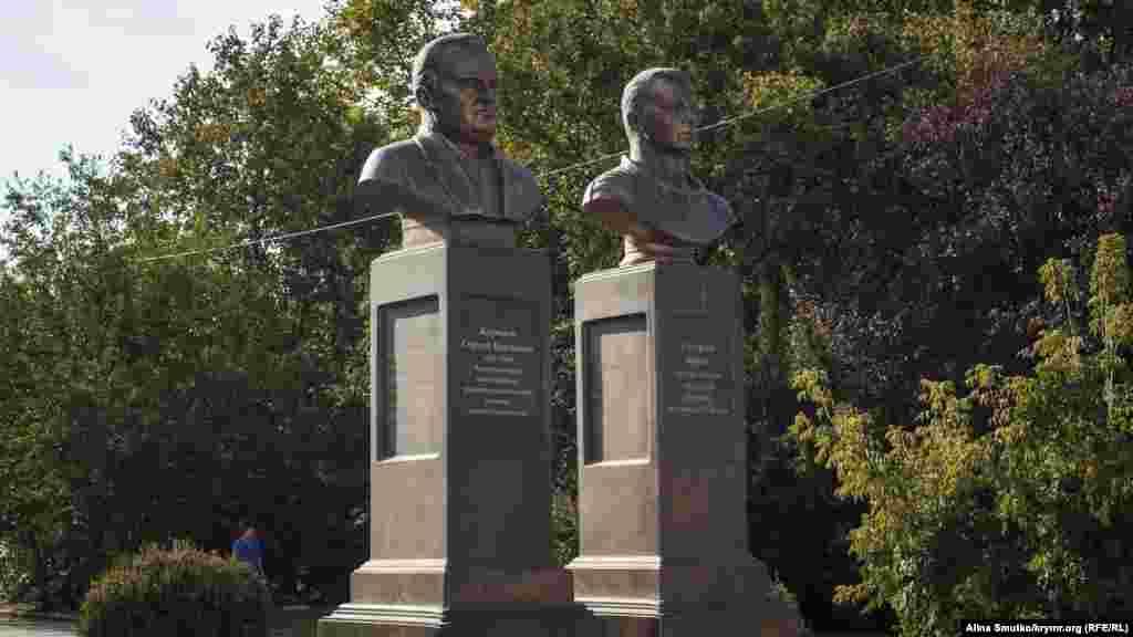 Бюст Сергія Корольова і Юрія Гагаріна в Сімферополі. Ці пам'ятні знаки встановили поблизку кінотеатру «Космос» 2015 року. Пам'ятник першому космонавту планували звести ще до 50-річчя першого польоту людини в космос 2011 року, але тоді на це не вистачило коштів