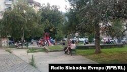 Люди, пережидающие в парке, после землетрясения в Скопье, Македония, 9 сентября 2016 года.